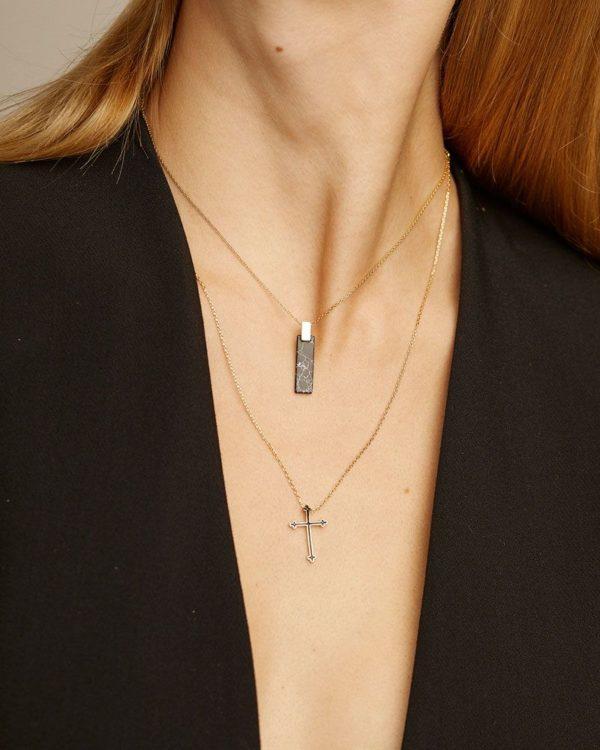 Colgante corto cruz negro